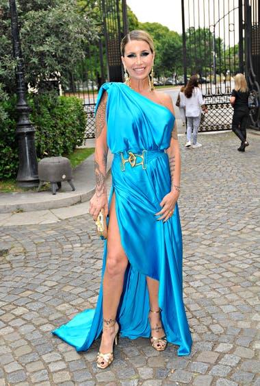 Flor Peña eligió un modelo estilo griego en color turquesa con accesorios en dorado