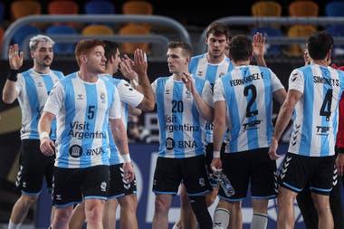 Jugadores de la selección argentina festejan luego de vencer a la de la República Democrática de Congo.
