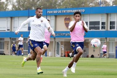 El juvenil Cristian Medina disputa el balón con Edwin Cardona, que espera tener la chance que no le dieron ante Santos.