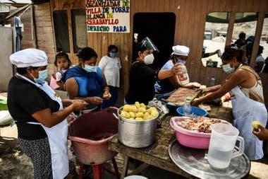 Mujeres voluntarias preparan la comida en un comedor de beneficencia en Comas, en las afueras de Lima