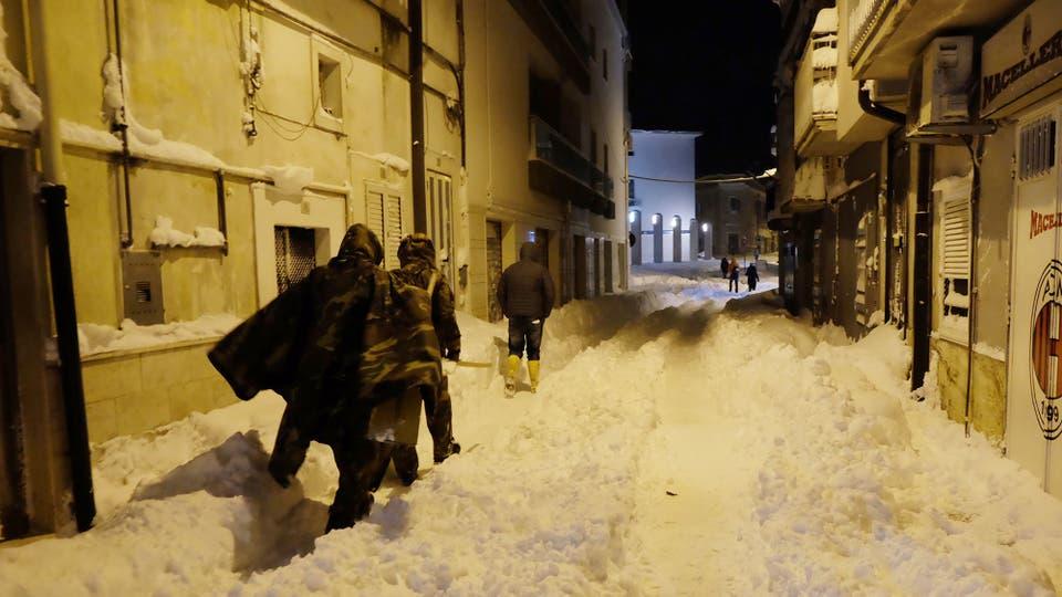 Las pequeñas calles de Santeramo en Colle, Italia, totalmente cubiertas de nieve. Foto: AFP / Raffaele Pontrandolfo
