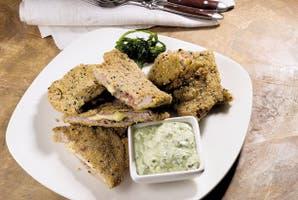 Milanesas rellenas con jamón crudo y puré de brócoli