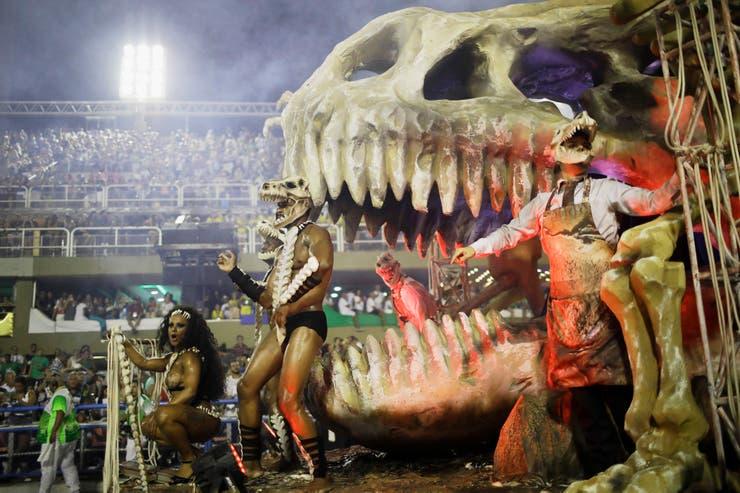 Una enorma figura de un fósil de dinosaurio se ve en la presentación de la escuela de samba Imperatriz Leopoldinense