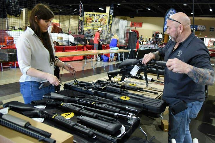 Florida aprueba dar armas a los maestros para frenar el aumento de los tiroteos en escuelas