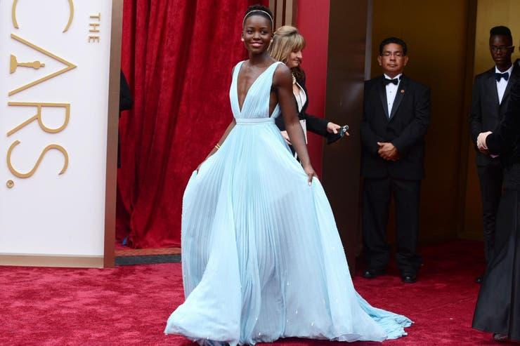 Lupita Nyong´o era una total desconocida siete meses antes de los Oscar, pero el trabajo en el film 12 años de esclavitud y este look de 2014 sellaron su matrimonio con Hollywood; el vestido de la boda fue un Prada celeste pastel