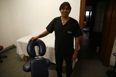 """Gustavo Fleitas tiene 49 años y comenzó a quedar ciego a los 30. Trabaja realizando masajes en empresas. """"Nosotros tenemos que demostrar que el trabajo es dignidad y se logra a través del esfuerzo del día a día"""""""