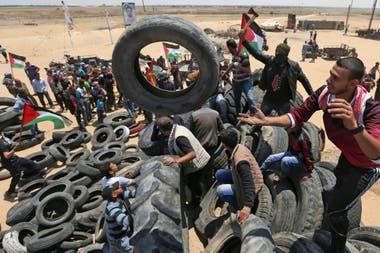 Los palestinos prenderán fuego una barrera de neumáticos