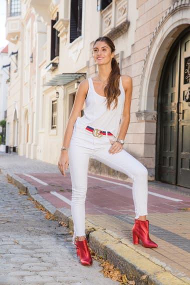 """Cancherísima, Lola sumó a su total white un cinturón Gucci, botinetas metalizadas rojas y una backpack Louis Vuitton. """"El gusto por la moda lo heredé de mamá. Nos encanta recorrer tiendas y compartimos la ropa porque tenemos el mismo talle"""", asegura."""