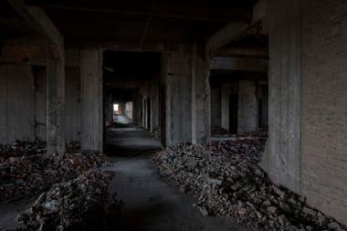 Los pasillos del lgubre inmueble llenos de escombros y basura
