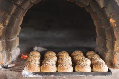 El horno externo donde cocinan panes, entre otras delicias