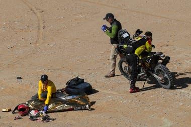 El piloto, segundo en la edición de 2015 y que disputaba su 13º Dakar, se cayó en el km 276 de la especial