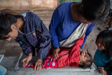 La nutricionista Elizabeth Torres, de la ONG Pata Pila, controla la talla de niños de la comunidad El Cañaveral