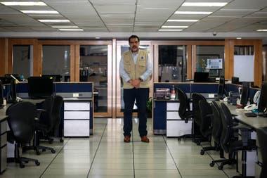 Carlos Benavides en la sala de Redacción casi desierta de El Universal