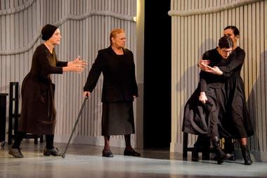 De la comedia y el musical pasó al drama lorquiano con el protagónico de La casa de Bernarda Alba, aquí junto a Mimí Ardú y Valentina Bassi