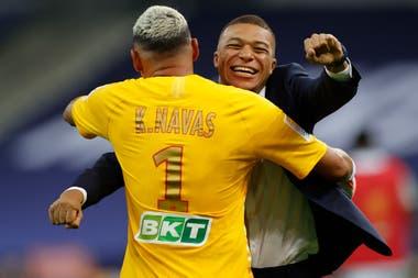 El abrazo de Keylor Navas, que atajó un penal clave, y Mbappé, que no pudo jugar por una lesión