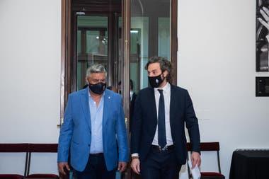 Barbijo, fútbol y política: Claudio Tapia, presidente de la AFA, y Santiago Cafiero, Jefe de Gabinete, en la Casa Rosada; hasta los clubes se sorprendieron con el permiso para todos del Gobierno