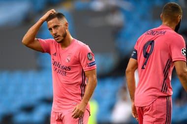 El belga Eden Hazard se rasca la cabeza y lo observa el capitán de Real Madrid, Karim Benzema. El equipo blanco no supo resolver el partido con Manchester City y quedó afuera de la competencia con la que soñaba: la Champions League.