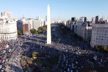 17A: La manifestación en el Obelisco desde el drone de LA NACION