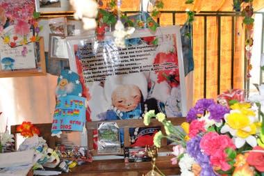 Las ofrendas que recibe día a día Miguel Ángel Gaitán en el cementerio.