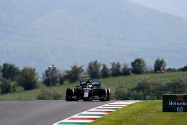 Valtteri Bottas acaba de pasar la subida ciega posterior a la curva 10, la segunda de las Arrabiata; el piloto de Mercedes fue el único piloto que en los entrenamientos del viernes dio una vuelta de menos de 1m17s, a más de 140 kilómetros por hora de promedio.