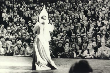 Lolita sobre el escenario, en uno de los shows que brindó en Rusia