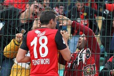 Tuvo una buena temporada en el Eskisehirspor, de Turquía, antes de partir hacia México. Celebra un gol con los hinchas