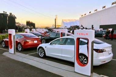 240 accionistas estuvieron sentados en el interior de los Tesla Model 3 ubicados en el estacionamiento de la compañía