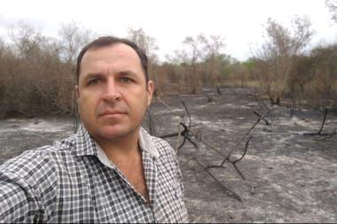 Marcos Viter, presidente de la Sociedad Rural de Pampa del Indio en su campo incendiado