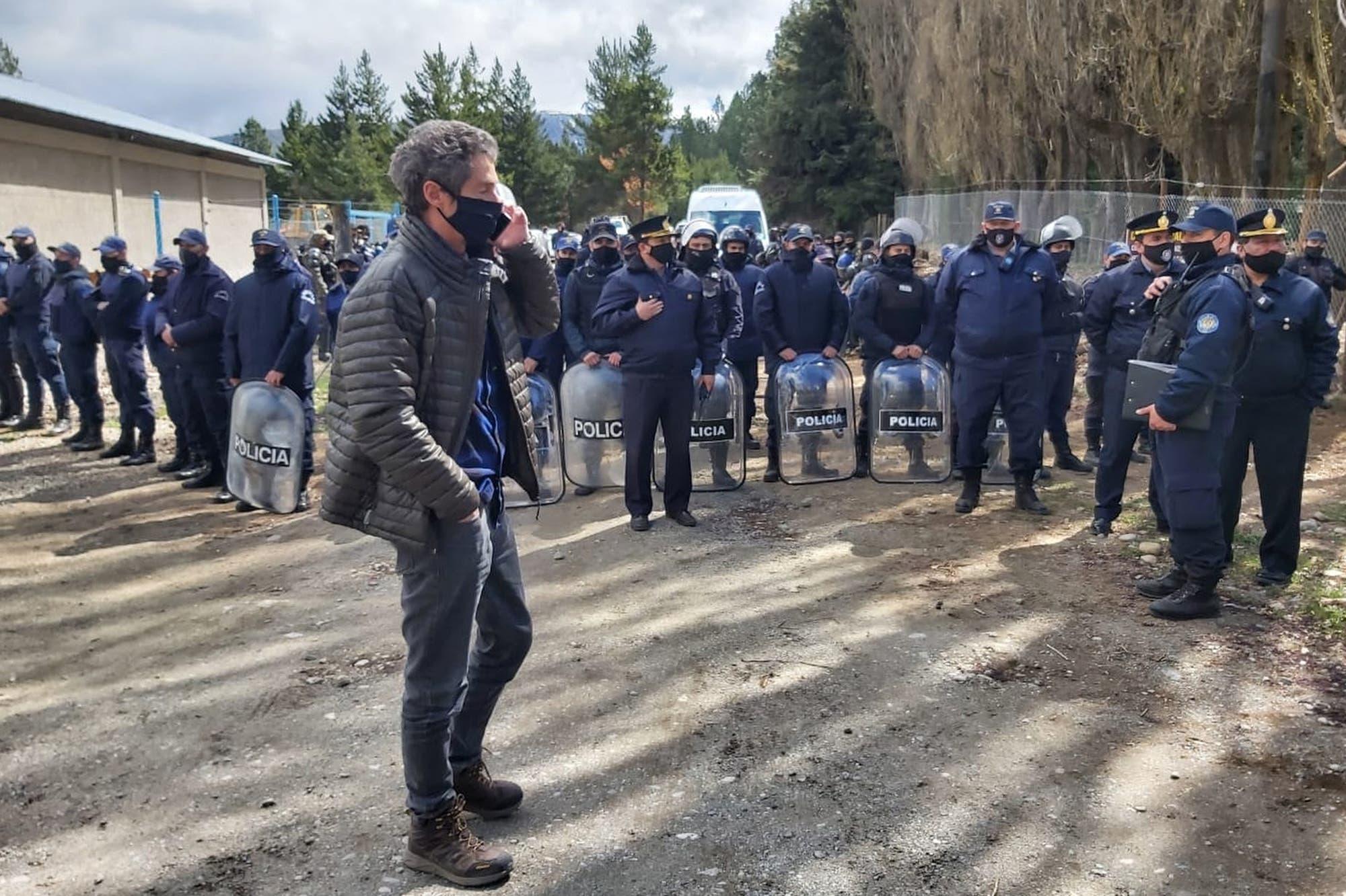 Detuvieron a cuatro mapuches por ocupar un campo y tener sitiada a una familia en Bariloche