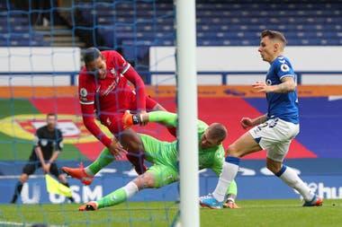 El momento en que el arquero inglés del Everton, Jordan Pickford, le entra duro al defensor holandés del Liverpool, Virgil van Dijk