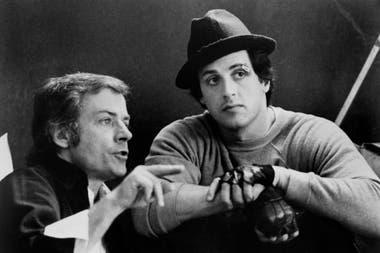 Sylvester Stallone escucha las indicaciones de John Avildsen, durante el rodaje de Rocky