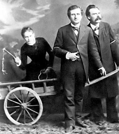 La famosa foto de la Trinidad: de izquierda a derecha, Lou Salomé -en la carreta-, Paul Rée y Federico Nietzsche