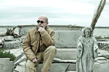 Indio Solari en las ruinas de lo que fuera la villa turística Epecuén, retratado por Edgardo Andrés Kevorkian. Una de las pocas producciones a las que accedió el músico