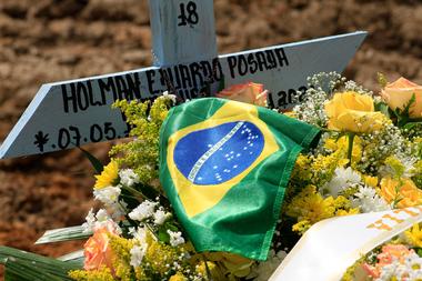 En esta foto de archivo tomada el 22 de enero de 2021, se ve la tumba de una víctima del Covid-19 con la bandera brasileña en el cementerio de Nossa Senhora Aparecida en Manaos, estado de Amazonas, Brasil, en medio de la pandemia del nuevo coronavirus