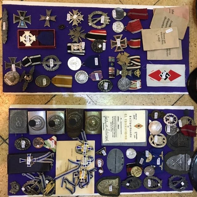 Medallas, gorras y documentos incautados