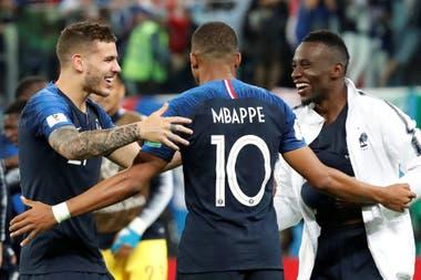 Hernández festeja con Mbappé con Matuidi
