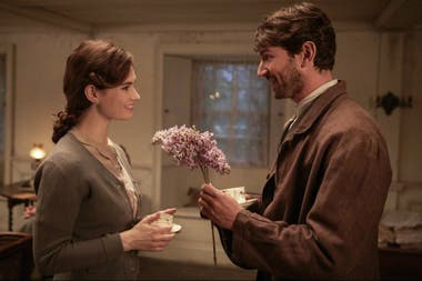 Lily James y Michiel Husman en The Guernsey Literary and Potato Peel Pie Society