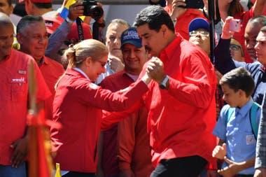 El presidente venezolano Nicolás Maduro baila con su esposa Cilia Flores durante una marcha oficialista en Caracas, el 23 de febrero de 2019.