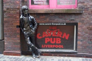 El recuerdo, en la vereda del histórico pub de Liverpool