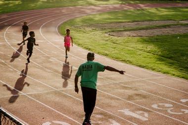 En la pista de atletismo, junto con sus jóvenes pupilos