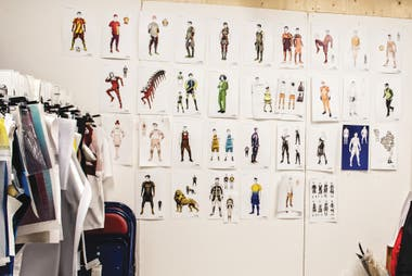 La oficina del diseñador y escenógrafo James Lavoie, tapizada con bocetos