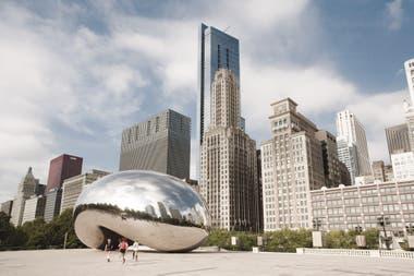 Cloud Gate (2004/06), la famosa escultura pública instalada en el Millennium Park de Chicago que refleja los rascacielos vecinos
