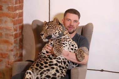 Alexander Volkov decidió adoptar al felino y llevarlo a su casa para evitar que el animal se pusiera peor por estar separado de él