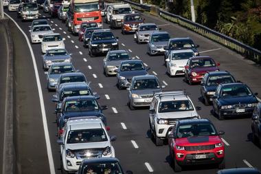 El tráfico se acumula después del relajamiento en las restricciones sociales debido a la pandemia de coronavirus en Auckland el 19 de junio de 2020