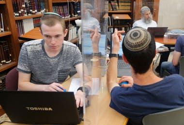 Medidas de separación en una biblioteca de Tel Aviv