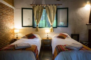 Las habitaciones se distribuyen en los dos pisos de la hostería.