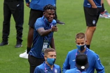 Duvan Zapata, en el centro, hace un gesto durante una caminata del equipo en el estadio Luz de Lisboa. Delante suyo, con barbijo, está Papu Gómez. El colombiano es el goleador de Atalanta