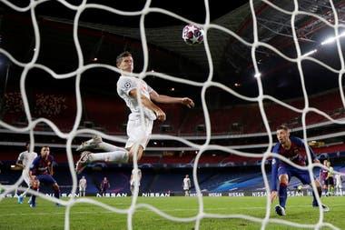 Robert Lewandowski, el goleador de la temporada europea, también le marcó a Barcelona, por la Champions League