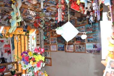 Las paredes y el techo del mausoleo están colmadas de fotos, cartas, flores y regalos