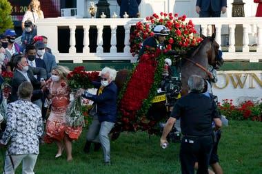 Authentic se asustó cuando le pusieron las tradicionales rosas y el entrenador Bob Baffert terminó en el suelo, mientras John Velázquez intentaba controlar al ganador del Kentucky Derby